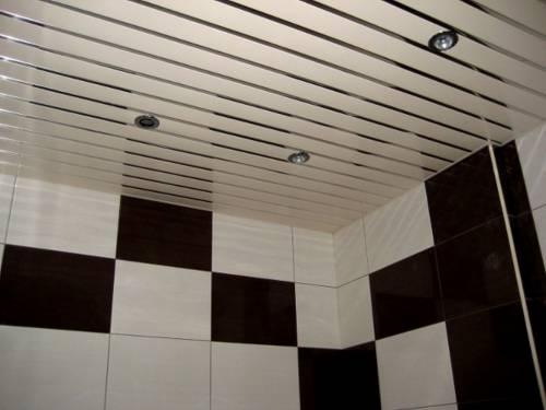 зеркальный потолок в ванной.